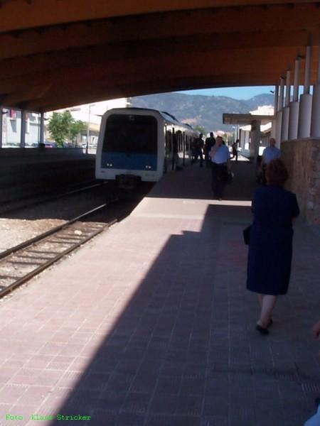 Ein Zug aus Sa Pobla ist angekommen und fährt gleich weiter nach Palma
