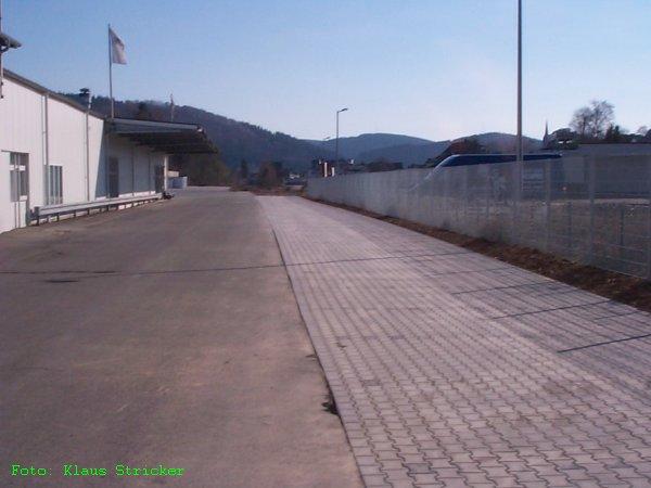 Blick von der Sählingstraße in Richtung Bahnhof. Dort, wo das Pflaster liegt war das Ausziehgleis und Anschlußgleis.