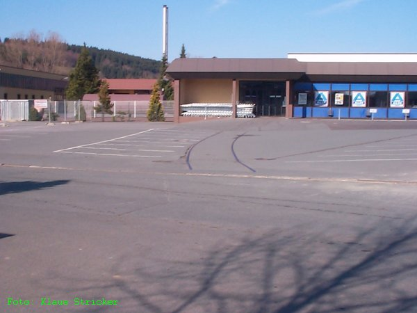 Der ALDI hatte keinen Gleisanschluß aber das Sägewerk, das dort einmal angesiedelt war. Heute (2008) ist der Parkplatz neu gestaltet, es erinnert nichts mehr an das Gleis.