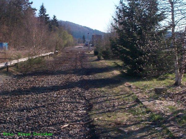 Blick Richtung Bahnhof, in der Mitte die Schotterung eines Gleises. Links und Rechts Kabelkanäle
