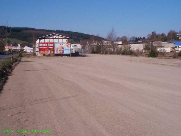 Blick Richtung Norden: der Lagerschuppen eines Brennstoffhändlers. Auch er wird in Kürze abgerissen. Im Rücken des Photografen liegt der Güterschuppen.