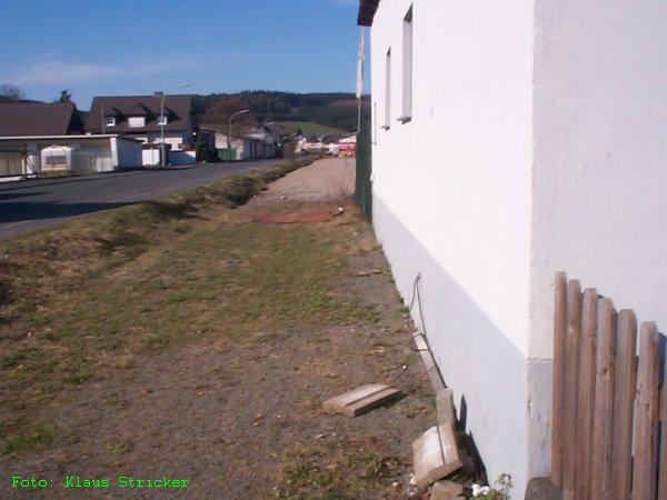Blick entlang eines weiteren Schuppens auf dem Gelände in der Nähe des Güterschuppens Richtung Norden.
