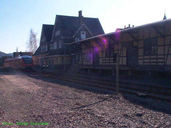Güterschuppen und Empfangsbebäude im Gegenlicht (nachmittags). Links warten die zwei 640er die Stunde Wendezeit sonntags ab, bis sie wieder Richtung Siegen fahren werden.