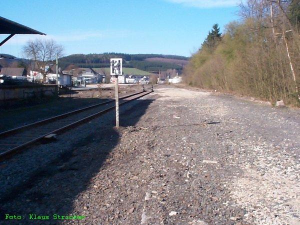 """Die """"Schotterwüste"""" Richtung Norden gesehen, links der Güterschuppen. Der Fotograf steht etwa auf den Resten des Schüttbahnsteigs für das zweite Gleis im Bahnhof, links das übriggebliebene Gleis 1."""