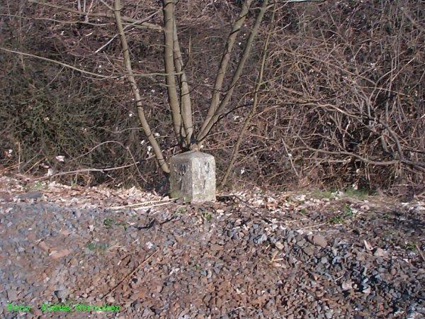Ein Hektometerstein in Höhe des Empfangsgebäudes