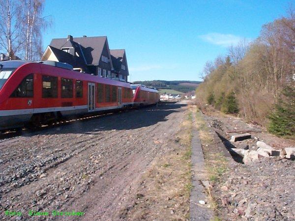 Blick über die ehemaligen Bahnsteige und Gleise