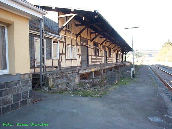 Der Güterschuppen von der Gleisseite aus