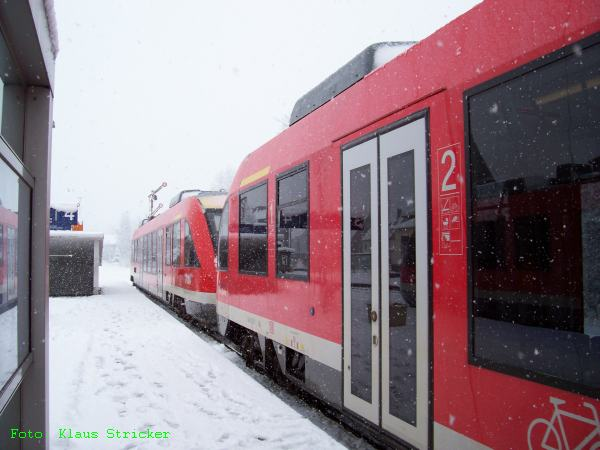 Die Regionalbahn nach Siegen um 10 Uhr hat Ausfahrt bei Schneetreiben
