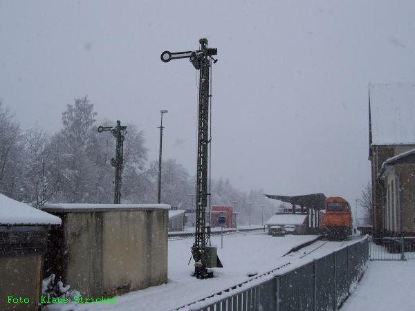 Rechts steht die G2000 der Siegener Kreisbahn bereit für die Fahrt mit dem Güterzug nach Kreuztal.