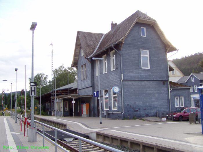 Das Bahnhofsgebäude - links das Stellwerk Lf