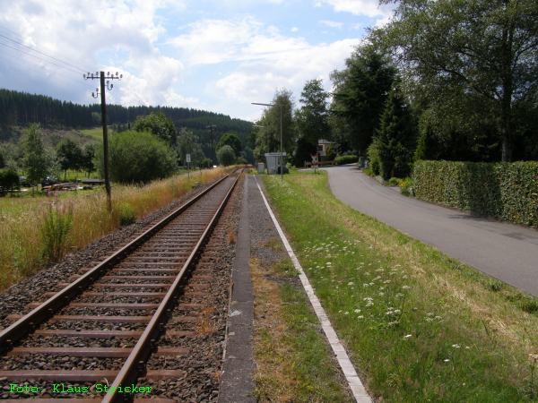 Blick vom Berleburger Ende des Bahnsteiges auf den Haltepunkt