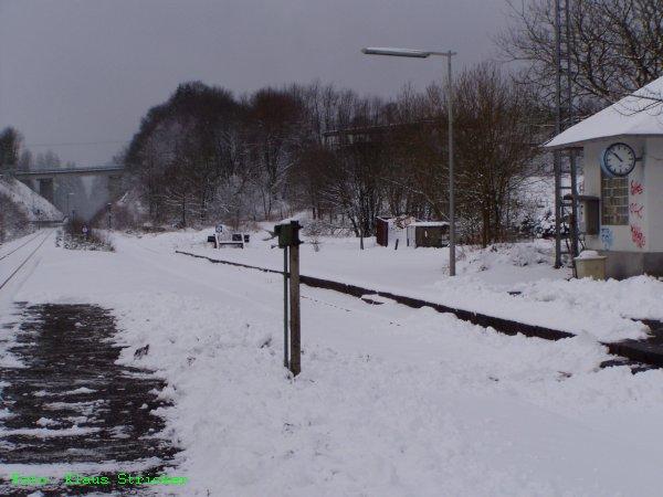 Gleis 1 und das Häuschen, in dem das Stellwerk untergebracht ist.