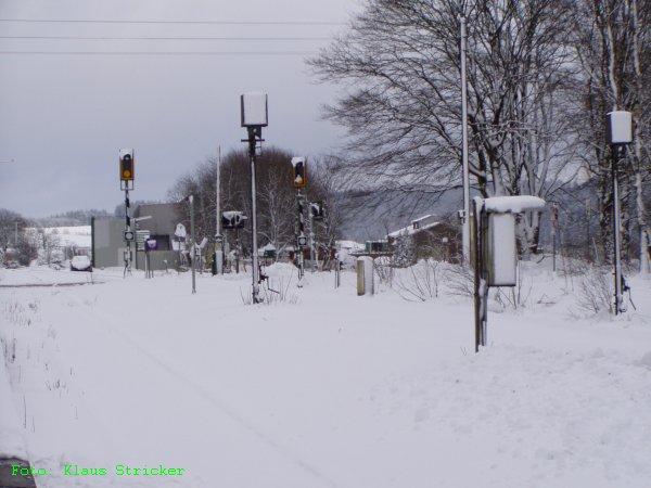 Der Bahnübergang und Gleis 2 Richtung Erndtebrück