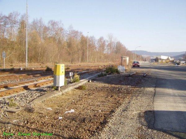 Blick vom gleichen Standort wie vor nach Norden - rechts der Rest eines Anschlußgleises zur Firma Esta Rohr Erndtebrück, welches mit einer Spitzkehre befahren werden müßte.