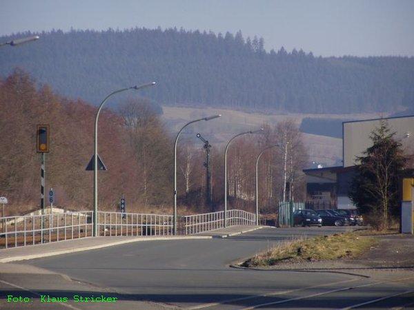 Das Einfahrtssignal aus Richtung Bad Berleburg zeigt an, daß gleich die Regionalbahn einfährt. Rechts unten noch mal der Gleisrest des Anschlussgleises Esta Rohr.
