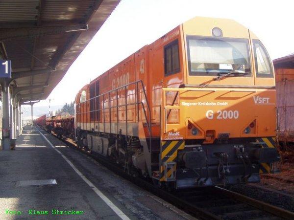 Auf Gleis 1 wartet die G2000 auf die Ausfahrt Richtung Siegen