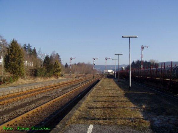 Die vier Ausfahrsignale Richtung Bad Berleburg (links, zwei) und Bad Laasphe / Wallau (rechts, zwei). Ganz rechts Wagen des Güterzuges nach Kreuztal.