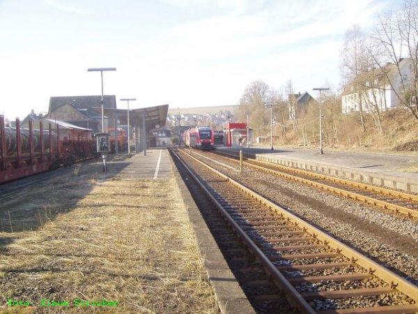 Die Regionalbahn aus Siegen fährt ein ...