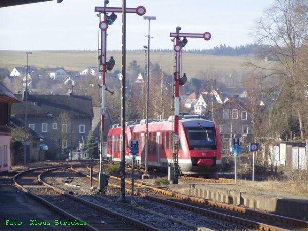Auch der Zug nach Siegen fährt jetzt ab.