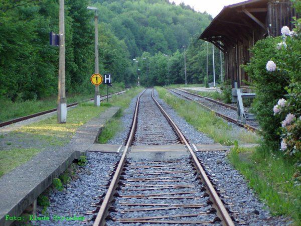 Der Zugang zum Mittelbahnsteig