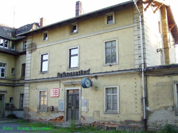Das Empfangsgebäude von der Straßenseite.