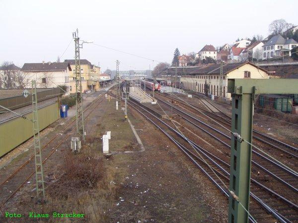 Von der anderen Seite der Gleise gesehen.