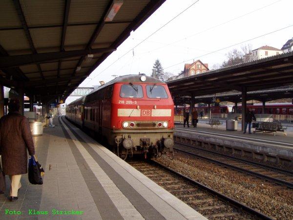 """218 205 mit """"Buntlingen"""" am Bahnsteig"""
