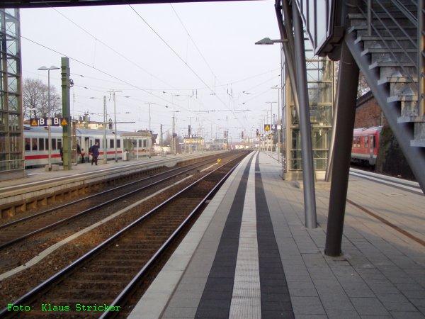 Blick über Gleis 2, 3 und 4 zum östlichen Vorfeld