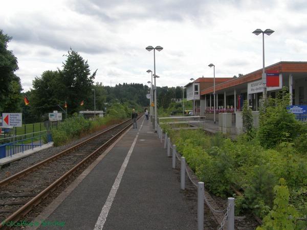 Blick Richtung Olpe, einige Fahrgäste warten auf die Regionalbahn