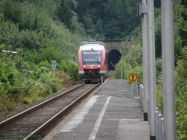 Der Triebwagen Baureihe 640 kommt aus dem Hanemicker Tunnel ...