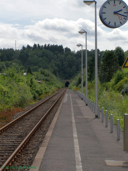 Blick über den Bahnsteig Richtung Olpe und Hanemicker Tunnel