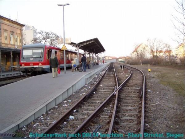 628/928 290 warten nach dem Fahrtrichtungswechsel auf die Ausfahrt nach Freinsheim.