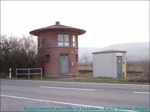 Links der alte (jetzt privat genutzte) Schrankenposten, rechts die elektronische Ablösung.
