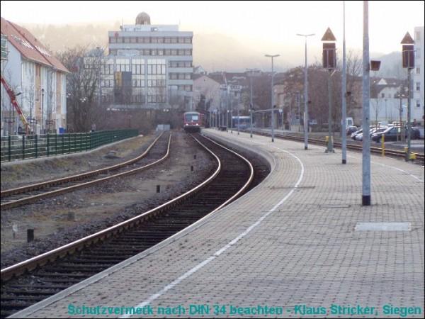 Der Triebwagen nach Neustadt (Weinstraße) ist abfahrbereit.
