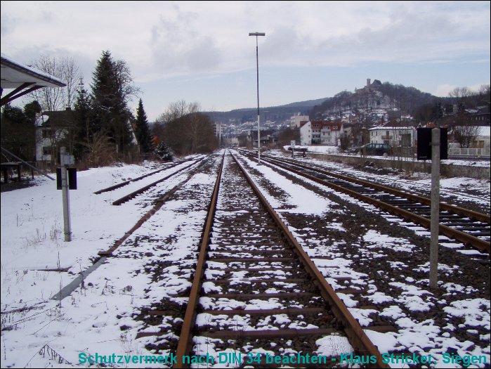 Gleis 3, Blick vom südlichen Bahnübergang Richtung Wallau