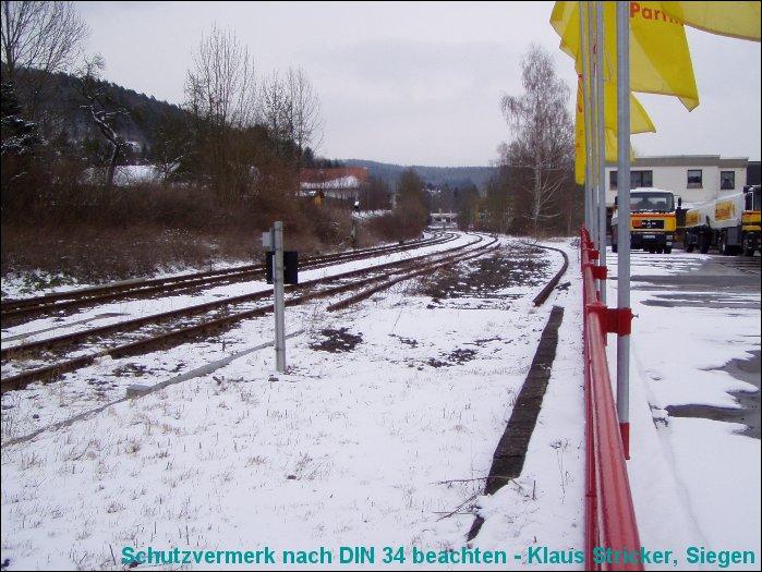 Links das Streckengleis Richtung Cölbe, rechts davon ein nicht mehr genutztes Anschlußgleis