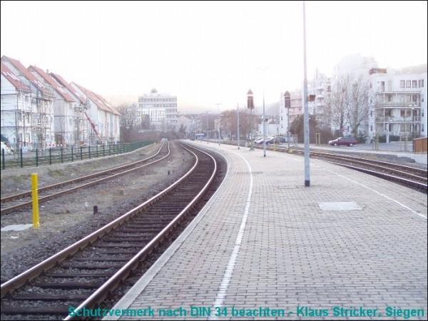 Blick vom Bahnsteigsende Richtung Stumpfgleis und Empfangsgebäude.