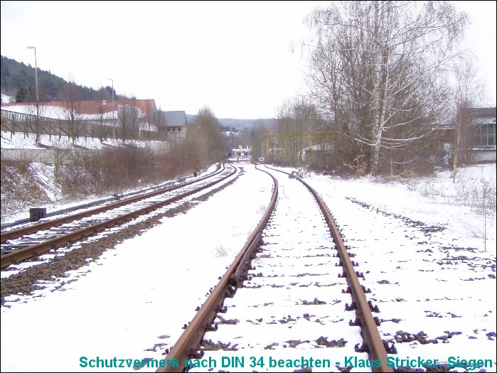 Links das Streckengleis richtung Cölbe, rechts das ehemalige Anschschlußgleis.