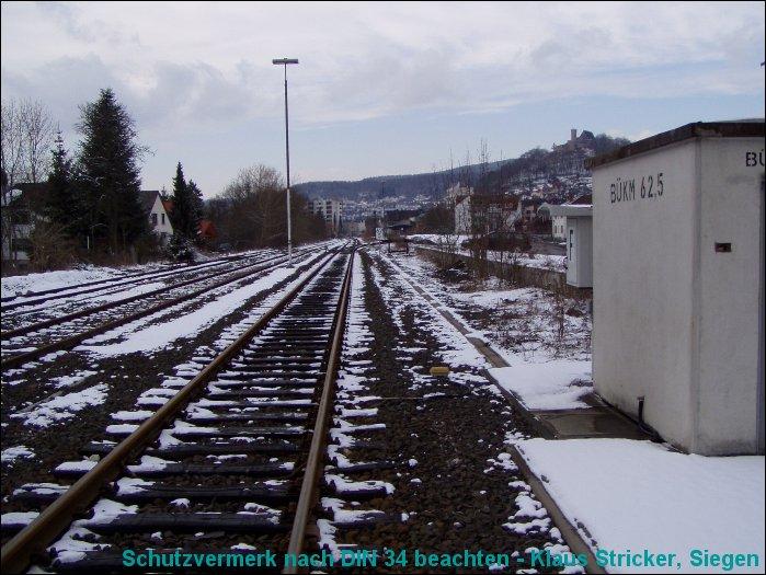 Blick vom Bahnübergang auf das Streckengleis Richtung Biedenkopf / Wallau