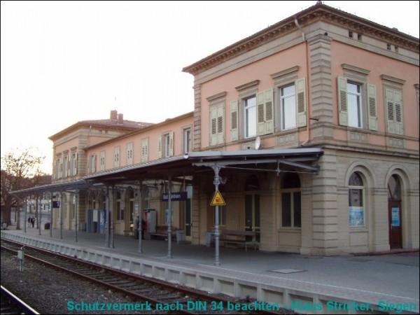 Das Empfangsgebäude im letzten Photolicht
