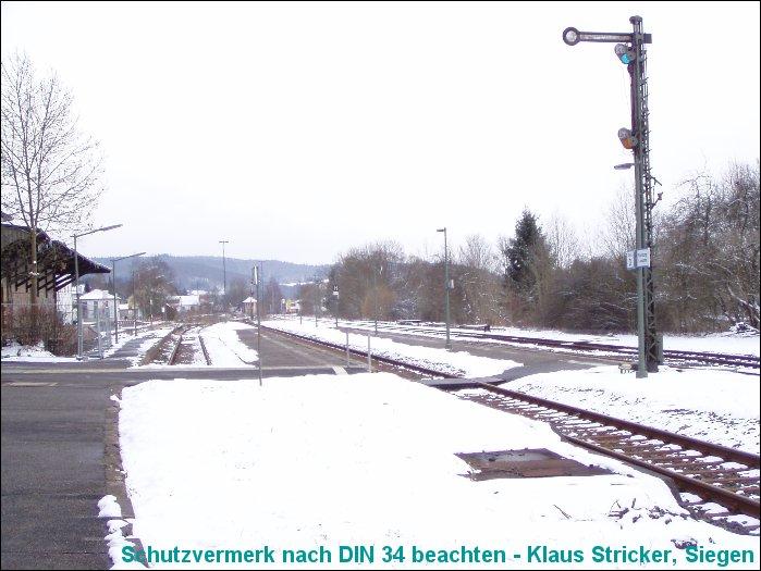Blick über Gleis 1, 2 und 3 Richtung Süden, rechts das Ausfahrsignal nach Wallau