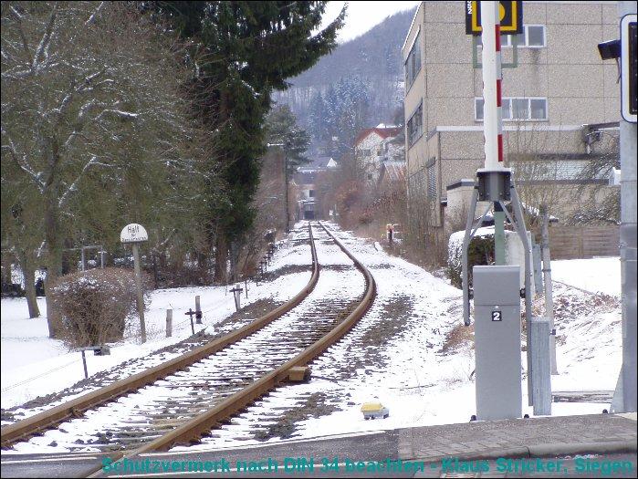 Blick vom Bahnübergang 62 Richtung Wallau mit dem Einfahrtssignal