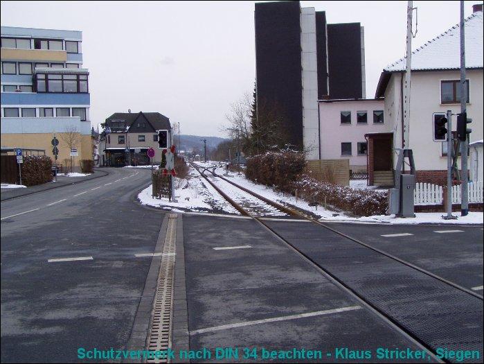 Der Bahnübergang bei km 62 mit Blick in den Bahnhof