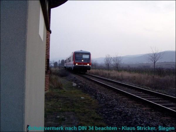 Ein Zug Richtung Bad Dürkheim nähert sich.