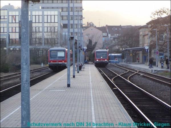 Der 628 links kam von Freinsheim und wird nach der Wende weiter Richtung Neustadt (Weinstraße) fahren.