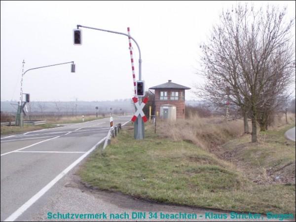 Der Schrankenposten von der anderen Gleisseite aus gesehen.