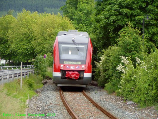 Ein Regionalexpress der Linie RE 57 nach Dortmund Hbf kommt aus Winterberg.