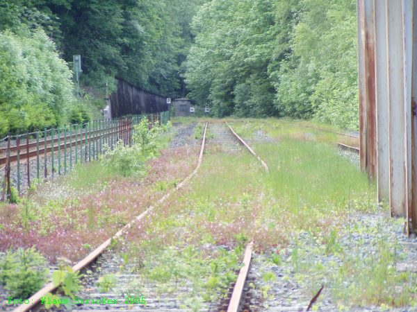 Das Gleis, von dem aus der Anschluß  (hinten links) zur Durchgangsstrecke abgeht.