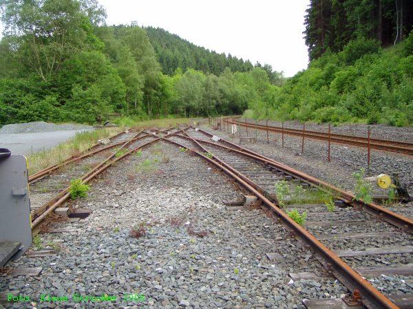 Die zwei Gleise der Anschlußstelle sind durch vier Weichen miteinander verbunden.
