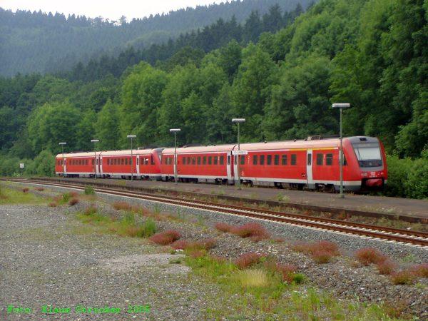 Die zwei 612er beschleunigen Richtung Bestwig. Im Vordergrund links früher von der Bahn genutzte Flächen.